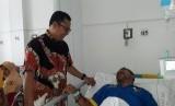 Wali Kota Sukabumi Achmad Fahmi menjenguk ketua KPPS di TPS 38 Kelurahan/Kecamatan Karangtengah, Kota Sukabumi, Ajuk Marzuky (51) di RSUD R Syamsudin Kota Sukabumi Rabu (24/4) siang. Petugas KPPS tersebut jatuh sakit karena kelelahan setelah pencoblosan 17 April lalu