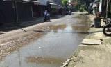 Jalan utama di perumahan Pondok Timur Indah, Bekasi Timur, Kota Bekasi terendam air dari selokan yang tersumbat.