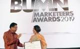 GM of Marketing PT Semen Indonesia (Persero) Tbk Johanna Daunan (kanan) menerima penghargaan dari Staff Khusus IV Kementerian BUMN Asmawi Syam di Jakarta Rabu (24/4) malam.