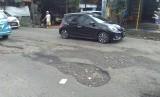Kondisi Jalan raya Pengasinan,  Bekasi Timur, Kota Bekasi rusak parah.