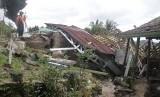 Petugas Badan Penanggulangan Bencana Daerah (BPBD) mengamati salah satu rumah rusak terdampak bencana gerakan tanah di Desa Kertaangsana, Kecamatan Nyalindung, Sukabumi, Jawa Barat, Kamis (2/5/2019).
