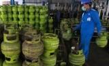 Petugas melakukan aktivitas pengisian ulang gas bersubsidi 3 kg di SPBE Srengseng, Jakarta, Jumat (3/5/2019)