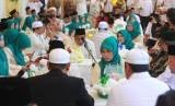 Sejumlah pasangan pengantin mengikuti nikah massal gratis di Masjid Raya Sabilal Muhtadin, Banjarmasin, Kalimantan Selatan, Sabtu (4/5/2019).