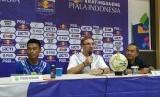 Pemain Persib Bandung, Dedi Kusnandar (kiri) dan pelatih Persib, Robert Rene Alberts (tengah) di Stadion Si Jalak Harupat, Kabupaten Bandung, Sabtu (4/5).