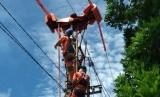 Petugas teknis PLN Sumbar saat bertugas untuk memastikan pasokan listrik selama Ramadhan 1440 aman