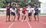 Tim estafet 4x100 meter putra Indonesia Lalu Muhammad Zohri (ketiga kanan), Eko Rimbawan (ketiga kiri), Bayu Kertanegara (kanan), Muhammad Abina Bisma (kedua kanan), Joko Kuncoro Adi (kiri) dan Adi Ramli (kedua kiri) berpose di sela mengikuti latihan di Stadion Madya, Gelora Bung Karno, Selasa (7/5/2019).