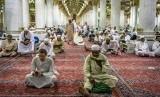 Sejumlah umat muslim bertadarus Alquran di Masjid Nabawi, Madinah, Arab Saudi, Rabu (8/5/2019).