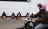 Pendiri Pesantren Lirboyo, Mbah Manab, meminta santri bermanfaat untuk umat. Sejumlah santri mengaji kitab kuning (kitab klasik berbahasa arab gundul) di pinggir jalan kompleks pondok pesantren Lirboyo, Kota Kediri, Jawa Timur.