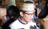 Calon wakil presiden nomor urut 02 Sandiaga Salahuddin Uno usai menghadiri acara buka puasa bersama anak yatim di Seknas Prabowo-Sandiaga, Menteng, Jakarta, Ahad (12/5)