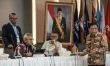 Ketua KPU Arief Budiman (kedua kiri), Ketua Bawaslu Abhan (kanan), para Komisioner KPU Hasyim Asy'ari (kiri) dan Wahyu Setiawan (kedua kanan) menghadiri Rapat Pleno Rekapitulasi Hasil Penghitungan dan Perolehan Suara Tingkat Nasional Dalam Negeri dan Penetapan Hasil Pemilu 2019 di kantor KPU, Jakarta, Rabu (15/5/2019).
