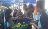 Warga tengah mengantri membeli sembako di acara bazar sembako murah Ramadhan di halaman kantor Pusat Pengembangan Sumberdaya Kemetrologian, Parongpong, Kabupaten Bandung Barat, Kamis (16/5).