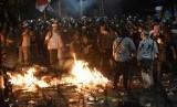 Demonstran terlibat kericuhan saat menggelar Aksi 22 Mei di depan gedung Bawaslu, Jakarta, Rabu (22/5/2019).