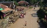 (ilustrasi) Sejumlah warga Lebak membersihkan peralatan rumah tangga setelah rumah mereka terendam banjir bandang di Sungai Cibeurih, Kampung Margaluyu, Sajira, Lebak, Banten.