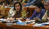 Menteri Keuangan Sri Mulyani Indrawati (kiri) dan Menteri Kesehatan Nila F. Moeloek (tengah) menyampaikan paparannya saat mengikuti rapat kerja dan rapat dengar pendapat dengan Komisi IX DPR di Kompleks Parlemen Senayan, Jakarta, Senin (27/5/2019).