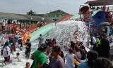 Libur lebaran, ribuan pengunjung memadati objek wisata Kolam Renang JTA Bojong, Kabupaten Purwakarta.