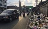 Penumpukan sampah di pinggir Jalan RE Martadinata, Kecamatan Indihiang, Kota Tasikmalaya, Senin (10/6).
