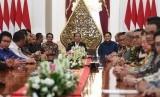 Presiden Joko Widodo (tengah) menerima Ketua Kamar Dagang dan Industri (KADIN) Indonesia Rosan Roeslani (keenam kanan) beserta pengurus dan Ketua Himpunan Pengusaha Muda Indonesia (HIPMI) Bahlil Lahadalia serta pengurus di Istana Merdeka, Jakarta, Rabu (12/6/2019).