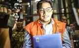Tersangka kasus dugaan suap distribusi pupuk Bowo Sidik Pangarso berjalan keluar meninggalkan gedung KPK seusai menjalani pemeriksaan di gedung KPK Jakarta, Jumat (14/6/2019).