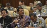Menteri Pertanian Amran Sulaiman (tengah) didampingi Plt Sekjen Momon Rusmono (kiri) dan Inspektur Jenderal Justan Riduan Siahaan (kanan) mendengarkan pertanyaan anggota dewan saat raker dengan Komisi IV DPR RI di gedung DPR RI Jakarta, Senin (17/6/2019).