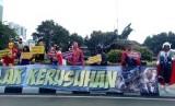 Karakter superhero turut meramaikan aksi massa di kawasan patung kuda, Jalan Medan Merdeka Barat, Jakarta Pusat, Selasa (18/6).
