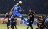 Pesepak bola Persib Bandung Bojan Malisic (kedua kiri) menyundul bola ke arah gawang Tira Persikabo saat pertandingan Sepak Bola Liga 1 2019 di Stadion Si Jalak Harupat, Kabupaten Bandung, Jawa Barat, Selasa (18/6/2019).