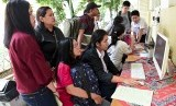 Sejumlah siswa dan orang tua murid mendaftar seleksi Penerimaan Peserta Didik Baru (PPDB) menggunakan komputer di SMAN 1 Jakarta, Jakarta, Senin (24/6/2019).