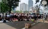 Massa Tahlil 266 menggelar salat dzuhur berjamaan di depan kantor Kementerian Pariwisata, Jakarta Pusat, Rabu (26/6).