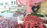 Pedagang sayuran di Pasar Induk Rau (PIR), Robani (37), yang menuturkan bahwa komoditas cabai merah keriting di lapaknya masih tinggi, Rabu (26/6).