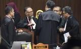 Tim kuasa hukum pasangan calon presiden dan calon wakil presiden nomor urut 02 selaku pemohon berdiskusi saat sidang Perselisihan Hasil Pemilihan Umum (PHPU) Presiden dan Wakil Presiden 2019 diskors majelis hakim di gedung Mahkamah Konstitusi, Jakarta, Kamis (27/6/2019).