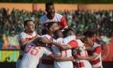 Pesepak bola Madura United (MU) melakukan selebrasi usai mencetak gol ke gawang Persebaya dalam laga perempat final Piala Indonesia leg ke-2 di Stadion Gelora Madura Ratu Pamelingan (SGMRP) Pamekasan, Jawa Timur, Kamis (27/6/2019).