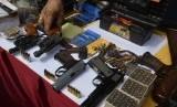 Polisi menunjukkan barang bukti saat ungkap kasus senjata api senpi rakitan