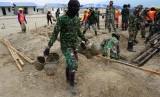 Personil TNI bersama sejumlah pekerja mengerjakan pembangunan hunian tetap (Huntap) bantuan Yayasan Budha Tzu Chi bagi korban bencana gempa, tsunami dan likuefaksi di Kelurahan Tondo, Palu, Sulawesi Tengah, Senin (1/7/2019).