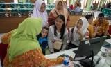 Siswa dan wali murid berkonsultasi dengan petugas pusat layanan informasi Penerimaan Peserta Didik Baru (PPDB) di SMA 7 Solo, Jawa Tengah, Selasa (2/7/2019).
