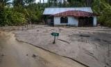 Salah satu rumah yang terbenam lumpur akibat banjir bandang