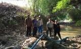 Kepala Dinas Pangan dan Pertanian Kabupaten Purwakarta, Agus Rachlan Suherlan, saat memantau proses pompanisasi yang dilakukan petani di Kecamatan Cibatu, Kamis (4/7).