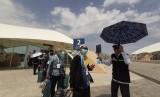 Penyambutan kedatangan jamaah calon haji indonesia kloter pertama surabaya 1 di terminal prince mohamad abdul aziz di madinah, sabtu (6/7). Kedatangan ini sambut langsung oleh keduber Repunlik Indonesia utk Arab Saudi Agus Mahtuf didampingi oleh kadaker bandara Arsyad Hidayat.
