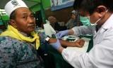 Petugas kesehatan mengambil darah calon haji untuk dites, di Asrama Haji Embarkasi Surabaya, di Surabaya, Jawa Timur, Sabtu (6/7/2019).