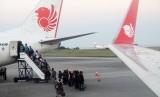 Sejumlah calon penumpang antre naik ke pesawat maskapai Lion Air di Bandara Internasional Sultan Aji Muhammad Sulaiman Sepinggan di Balikpapan, Kalimantan Timur, Jumat (5/7/2019).