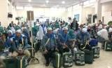 Ribuan orang mengantar calon jamaah haji di Gedung Dakwah, Kota Tasikmalaya, Senin (8/7).