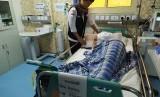 Salah seorang petugas Klinik Kesehatan Haji Indonesia (KKHI)  Madinah sedang menangani pasien atas nama Mursiti (71), jamaah asal Mandailing Natal (Madina) Embarkasi 001 Batam, Ahad (7/7) waktu Arab Saudi. Pasien ini mengalami demensia dan dehidrasi.