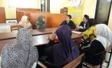 Puluhan warga Kabupaten Bandung penerima Program Keluarga Harapan (PKH)  mengadu ke kantor Desa Jelegong, Kecamatan Kutawaringin, Kabupaten Bandung,  Rabu (10/7). Mereka meminta penjelasan kepada pengurus Pusat Kesejahteraan  sosial (Puskesos) tentang dugaan dana tersebut yang dipotong oleh salah  seorang oknum.