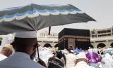 Seorang jamaah calon haji menunggu dimulainya Shalat Jumat di Masjid Al Haram, Jumat (12/7). Penggunaan payung untuk jamaah haji memang dianjurkan karena cuaca di Kota Makkah pada siang hari bisa mencapai 42 derajat celcius.