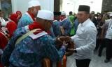 Gubernur Sumut Edy Rahmayadi (kanan) menyalami para calon jamaah haji ketika melepas keberangkatan haji kloter I di Embarkasi Asrama Haji Medan, Sumatera Utara, Jumat (12/7/2019).