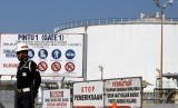 Pekerja beraktivitas di kawasan Kilang PT. Pertamina RU (Refinery Unit) IV Cilacap, Jawa Tengah. Pemerintah terus catatkan progress positif pembagunan kilang di tengah pandemi corona.