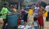 Warga sedang mengantre bantuan air bersih (Ilustrasi)