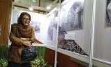 Siti Hardiyanti Rukmana alias Mbak Tutut melihat koleksi foto ayahnya, Presiden RI ke-II Soeharto, di Kantor Arsip Nasional Republik Indonesia (ANRI), Jakarta Selatan, Kamis (18/7).