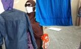 Seorang jamaah haji Indonesia Kloter 1 Solo, sedang mengambil pakaian yang sudah selesai dijemur di Hotel Kiswah, Makkah, Rabu (18/7).