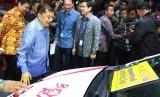Wakil Presiden Jusuf Kalla (tengah) didampingi Menteri Perindustrian Airlangga Hartarto (kiri) melihat mobil hatcback Toyota Yaris yang merupakan salah produk ekspor global Toyota Indonesia, usai membuka GAIKINDO Indonesia International Auto Show (GIIAS) 2019 di ICE BSD City Tangerang, Banten, Kamis (18/9/2019).