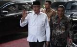 Gubernur Banten Wahidin Halim (kiri) melambaikan tangan saat tiba di Kantor Kemendagri, Jakarta, Kamis (18/7/2019).