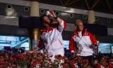 Menpora Imam Nahrawi (kiri) dan Gubernur Jawa Tengah Ganjar Pranowo (kanan) bersiap memukul kok pada pembukaan ASEAN Schools Games XI Tahun 2019 di Holy Stadium Terang Bangsa School, Semarang, Jawa Tengah, Kamis (18/7/2019).